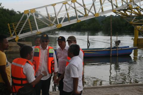 Kepala Badan Litbang Tinjau Jembatan Apung Cilacap